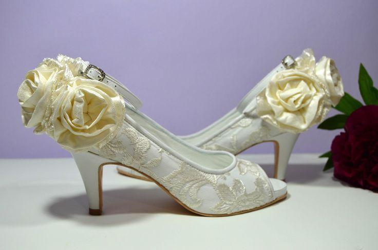 Krajkové svatební boty, jako z pohádek budou zdobit slečnu Veroniku. Služba VIP. Bílá exkluzivní kůže potažená krémovou krajkou, celokožená obuv. Vše podle přání a úprav klientky. Děkujeme za krásný romantický návrh. Bylo nám potěšením. Navrhni si i ty své luxusní a pohodlné botky ve službě VIP: popelkateam.eu/... Jsme zde pro Vás...