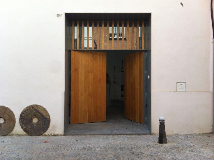 Puerta principal de madera en casa de Sevilla