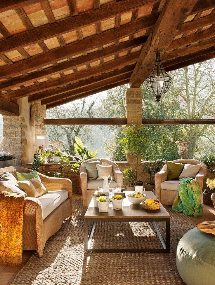 En el porche  Sofá y butacas de fibras, similares de Unopiù. Mesa de centro y lámpara de techo de Pepa Jaumejoan.