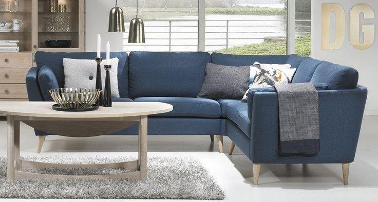 Memory Hjørnesofa - Blå Stof - Petroleumsblå hjørnesofa i klassisk nordisk design. Sofaen har flotte eiketresben, hvilket er med til å gi den et elegant look.