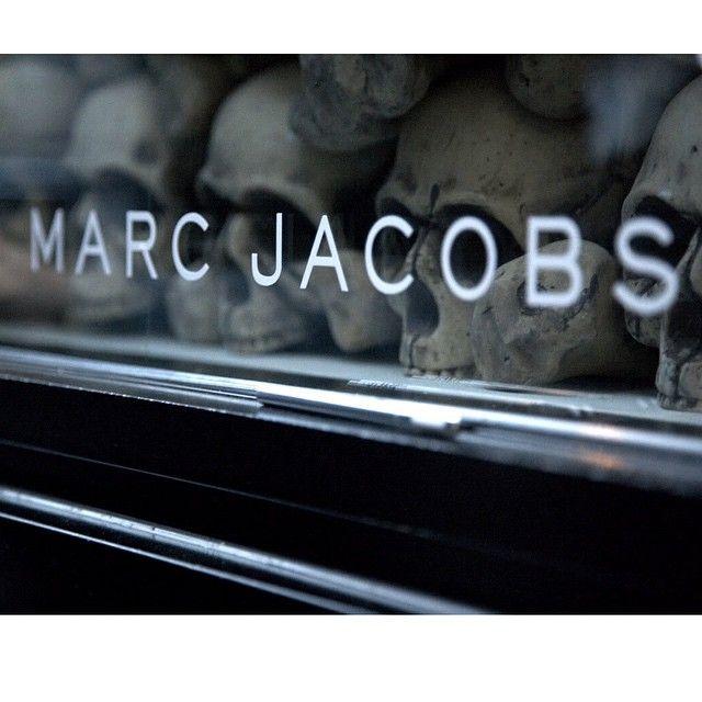 Den amerikanske designeren Marc Jacobs lanserte sin første kolleksjon i 1986, og har i etterkant arb - motei