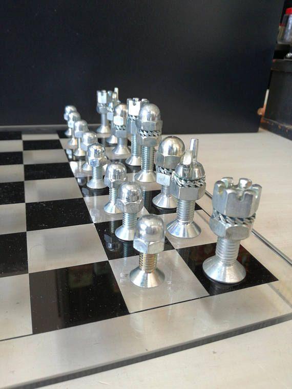 Dadi e bulloni Chessgame su lastra di plexiglas