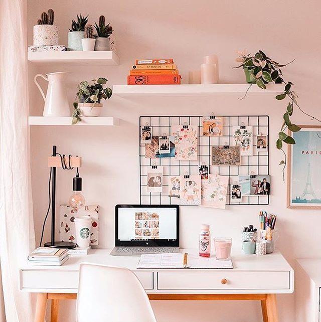 Home office lindo da francesa Sophie - produtora de conteúdo freelancer e criadora do blog que leva o seu nome - @sophiesmoods - pra gente…
