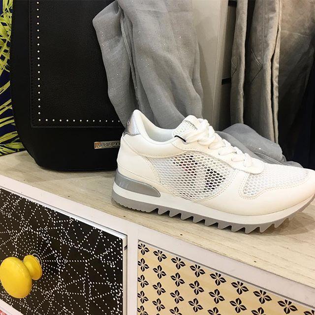 Cuando llegan los domingos muchas de nosotras necesitamos relax y descanso. hoy optamos por esta zapatilla blanca de verano de @chika10.footwear