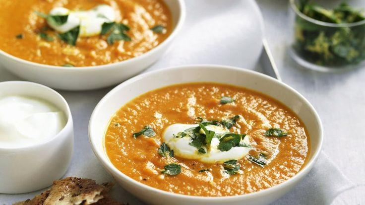Cremiger Genuss: Möhren-Süßkartoffel-Suppe | http://eatsmarter.de/rezepte/moehren-suesskartoffel-suppe