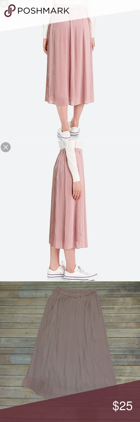 UNIQLO MAXI PLEATED SKIRT Beautiful lavender mauve color Maxi skirt Pleated all the way down Elastic waistband and includes lining underneath  Brand new never worn ! Uniqlo Skirts Maxi
