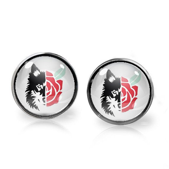 This listing is for ONE pair of Bad Wolf stud earrings inspired by Doctor Who. A perfect gift for the fangirl in your life!   These earrings measure 14mm in diameter and utilise glass domes to magnify high quality images set beneath. They are made using high quality surgical steel ear posts for sensitive ears. This listing is part of our Buy THREE get ONE free promotion. Purchase any three pairs of earrings in the promotion and receive one pair of your choice free. Please DO NOT add the…