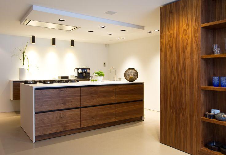 Op maat gemaakte keuken, noten fineer fronten en ghost white fenix keukenblad.