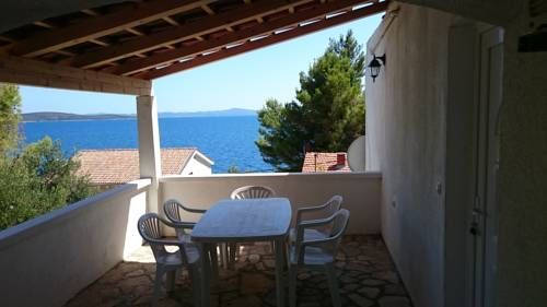 Apartmani Zrinjka Ivan Dolac Set in Ivan Dolac, 45 km from Split, Apartmani Zrinjka boasts a barbecue and views of the sea. Makarska is 36 km away. Free private parking is available on site.  All units include a dining area and a seating area with a flat-screen TV.