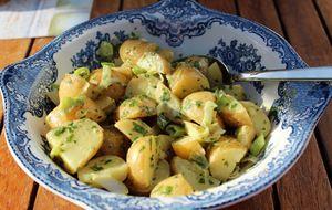Potetsalat med urter og vårløk til grillet fisk