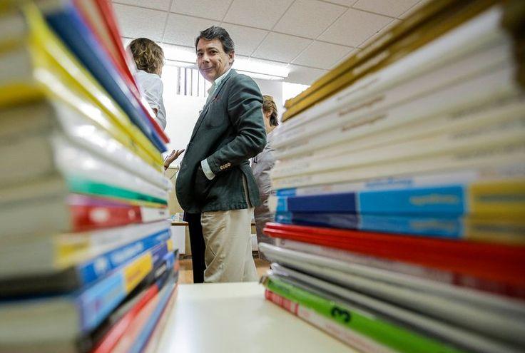 Ignacio González visita el IES Avenida de los Toreros para conocer el funcionamiento del sistema de préstamo de libros