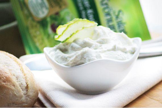 Dieser Kräuterdip ist schnell zubereitet. Für dieses Rezept verwenden sie als Würze ein Kräuter-Salatmischung.