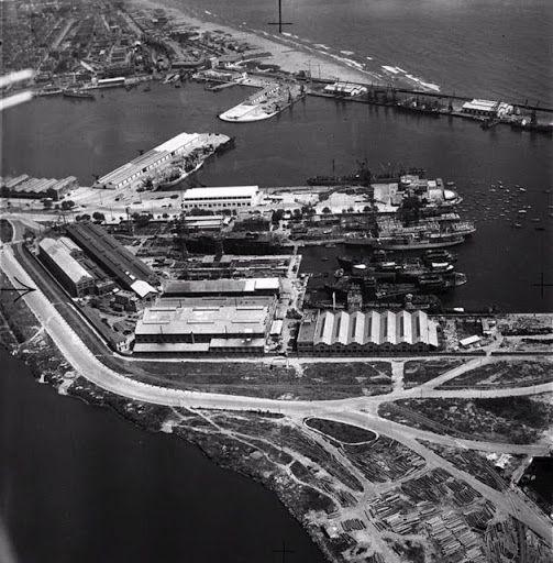 Vista aérea del Puerto de Valencia, en primer termino los Astilleros. 1959. Fotografía del Arxiu Nacional de Catalunya....