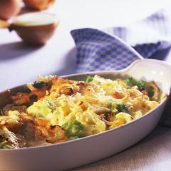 So wenige Zutaten und so viel Genuss – die Spätzle werden mit Wirsingstreifen und Käse in eine Auflaufform geschichtet und überbacken. Für alle Käsefans ein absolut himmlisches Mittagessen!
