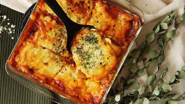 Recipe with video instructions: With this lasagna, potatoes prove themselves worthy of being a perfect pasta alternative. Ingredients: 2 small potatoes, 300 g meat sauce, 210 g shredded cheese, 1 bunch baby spinach