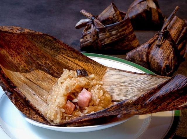 中華ちまき(粽子) - 服部 暁彦シェフのレシピ。中国の風習が伝わり、日本でも子供の日の食べ物となった一品。 今回は台湾北部の、具材たっぷりで味が濃い目のちまきの作り方をご紹介。 もち米は4~5時間水に浸水させましょう。 具材は味付きの角煮、うずらの卵、チャーシュー、銀杏、栗等も合う。 ※調理時間にもち米の浸水時間は含みません。