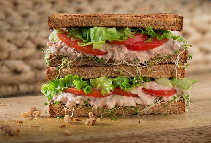 Prepara unos deliciosos sandwiches integrales de atún Philadelphia con nuestra receta para el desayuno, la comida o simplemente para compartir en familia.