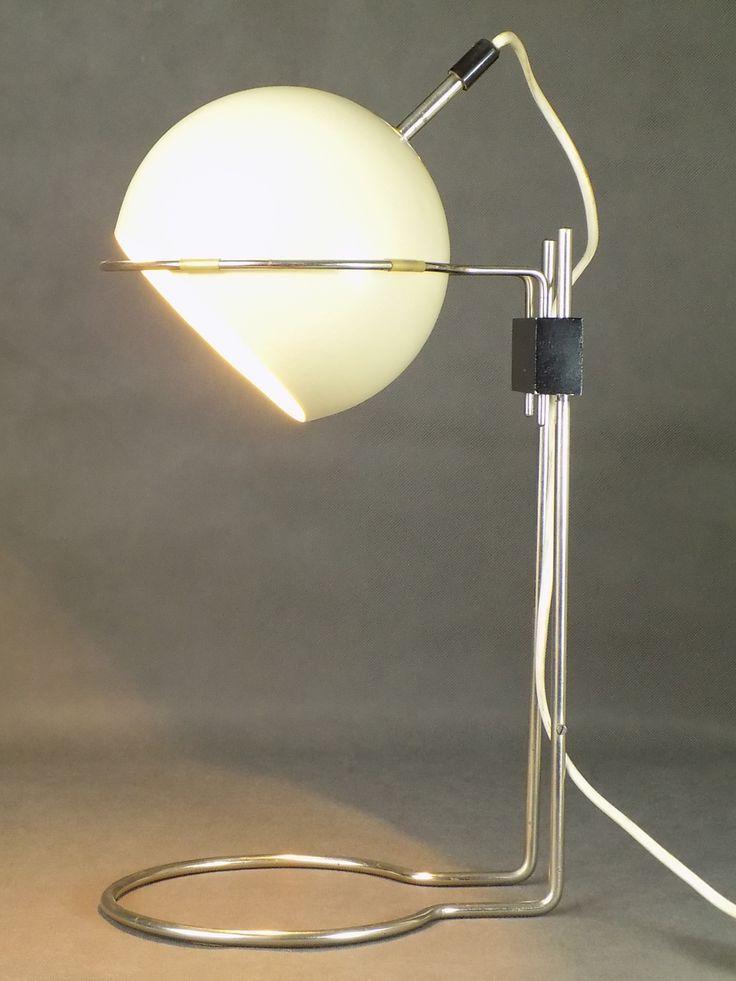 Polska lampa vintage wykonana z metalu malowanego i chromowanego z ruchomym kloszem. Wymaga żarówki E27.…