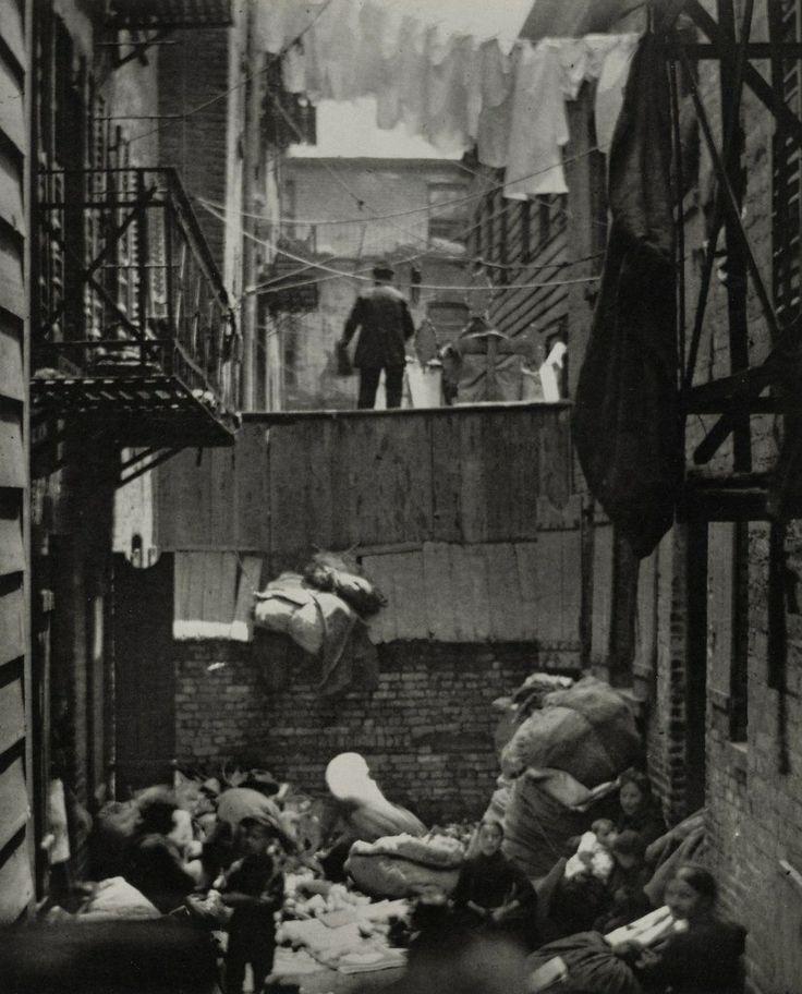 1880-1890, Нижний Ист-Сайд Манхэттена. Более 100 тысяч иммигрантов жили в квартирах, которые были полностью непригодными для обитания человека. В маленькой комнатке спали двенадцать мужчин и женщин на нарах установленных в своем роде нише, остальные же ютились на полу. Были также номера, где люди могли спать по пять центов за ночь, незнакомец рядом с незнакомцем.