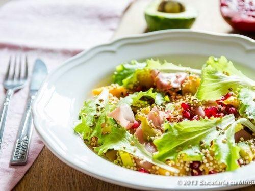 Salata exotica de quinoa cu avocado si mango - http://www.gustos.ro/retete-culinare/salata-exotica-de-quinoa-cu-avocado-si-mango.html