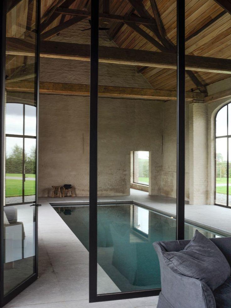 vigas de madeira aparentes e piscina interna