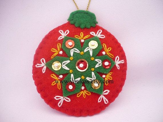 Мяч почувствовал, рождественские украшения - красный и зеленый чувствовал отделка - стены, декор