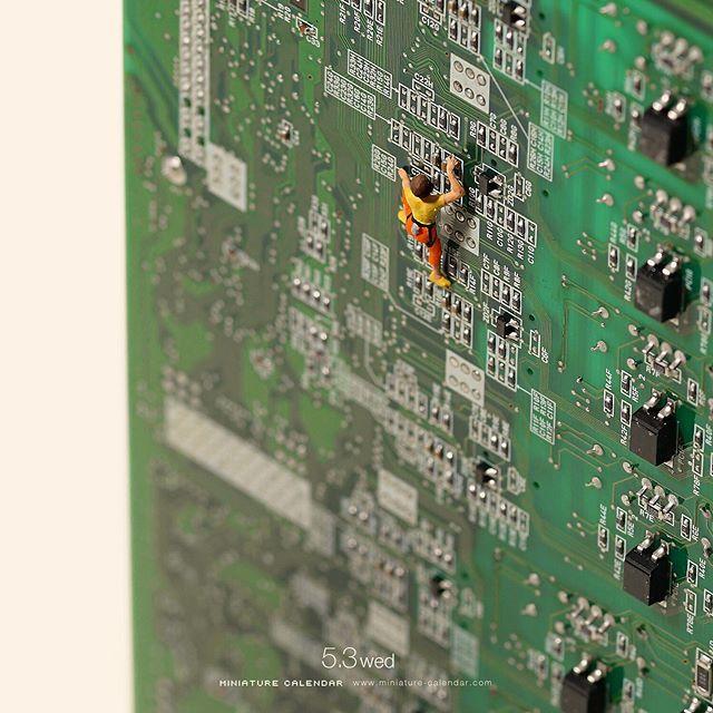 """. 5.3 wed """"Bouldering"""" . この回路を登ったらかいろう(帰ろう)。。 . . #電子回路 #ボルダリング #ElectronicCircuit #Bouldering #ダジャレになりがちな思考回路 . ーーーーーーーーーーーー 【田中達也の「MINIATURE LIFE」展】 エディオン蔦屋家電(広島)にて開催中。本日と明日はトークショーも行います。時間は両日とも1回目11:00~ 2回目15:00〜。(1回目と2回目の内容は異なります)また、トークショー後はサイン会もあり。詳細はエディオン蔦屋家電のホームページで。 #エディオン蔦屋家電 ."""