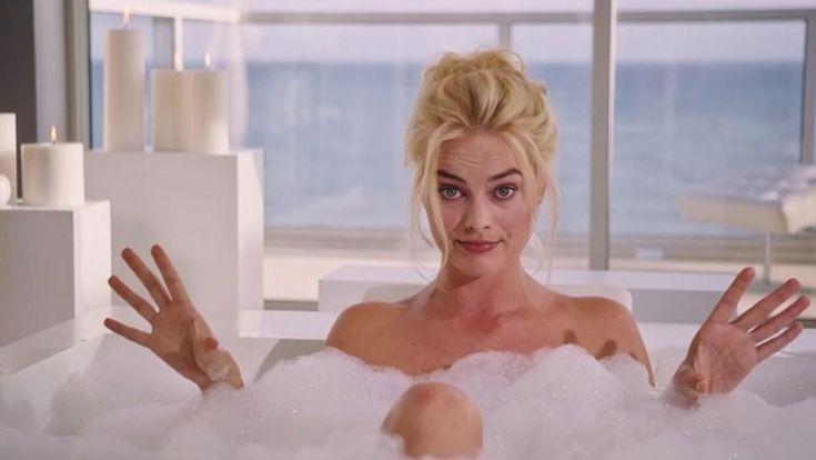 Dalla propria vasca da bagno Margot Robbie ci spiega in che modo le banche stanno fottendo milioni di persone!
