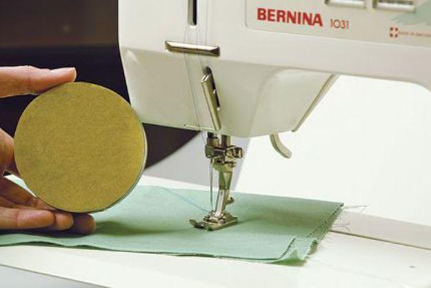 С помощью этой хитрости можно легко и быстро прострочить по кругу. Вам понадобится круглый полый предмет, который на 1 см меньше по диаметру, чем круг, который вы хотите прострочить. Это может быть …