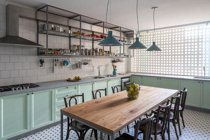 Apartamento dos anos 1980 ganha cozinha de estar após reforma