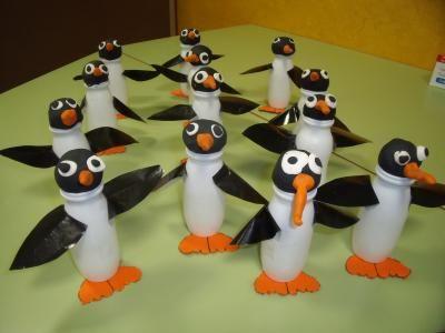 Pingüinos hechos con botes de actimel, plastilina y cartulina.