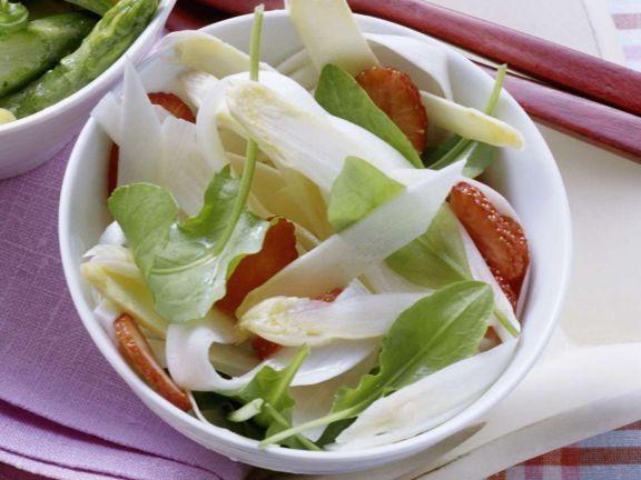 Spargelsalat mit Erdbeeren ist ein Rezept mit frischen Zutaten aus der Kategorie Gemüsesalat. Probieren Sie dieses und weitere Rezepte von EAT SMARTER!
