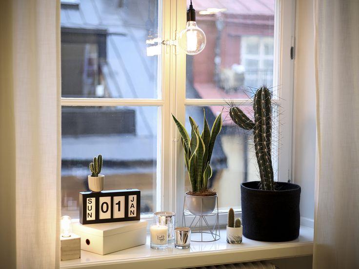 Ett mysigt fönster går att fixa med belysning trots att julen är förbi. Ersätt adventsljusstaken och julstjärnan mot andra ljuskällor.