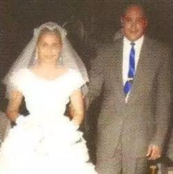 María Teresa Mirabal en el día de su boda con Leandro Guzmán acompañada hacia el altar con su cuñado Manolo Tavárez Justo que fungió como padrino.