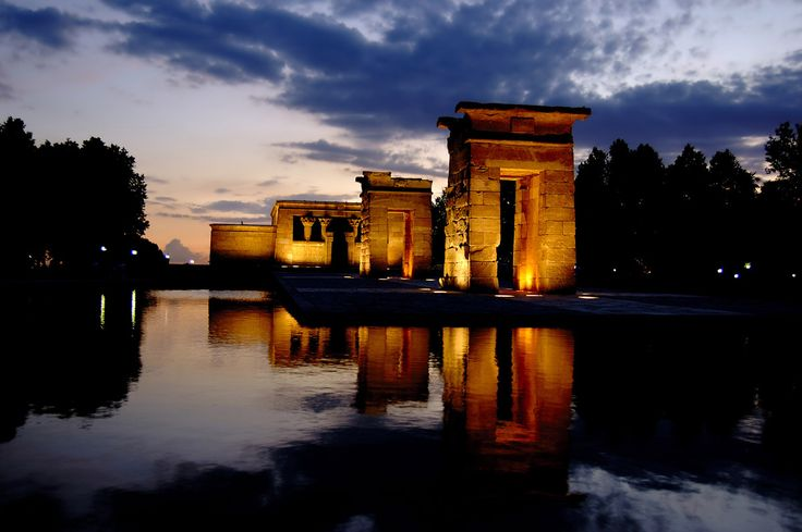 El Templo de Debod es la construcción más antigua de Madrid La construcción más antigua de Madrid es el Templo de Debod, un templo del Antiguo Egipto donado por el gobierno egipcio a España por su ayuda durante la construcción de la presa de Asuán..