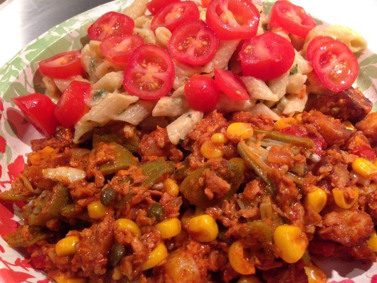 Rica receta de ocra (o quimbombo) a la mexicana. La receta en: www.veganlatino.com #ajo #alcaparras #cebolla #chorizo #granodemaiz #maiz #mexicano #ocra #okra #papas #papasrojas #pimienta #quimbombo #sal #sazon #tomate #Vegano #vinagredemanzana