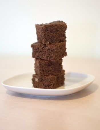 Brownies al cioccolato e nocciole, la ricetta. I brownies sono un dolce al cacao e cioccolato di origine statunitense. Vengono ottenuti da una torta al cioccolato di forma rettangolare (chiamata brownie), da cui si ritagliano tante porzioni a cubetti. Questa versione dei brownies è piuttosto leggera, poiché non contiene né uova né burro. I brownies risultano comunque molto morbidi, friabili e saporiti, con quel tocco in più di croccantezza dato dalle nocciole. Pare che i brownies siano nati…