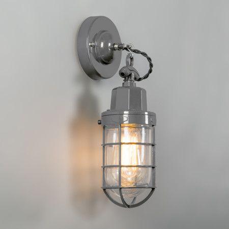 Hanglamp Port grijs - Zeer fraaie geëmailleerde retro lamp in industriële stijl met glas. Ook wel bekend als kooilamp, korflamp, visserslamp of bully. De gedraaide retro stoffen snoer is het detail dat hem echt af maakt. Deze vintage lamp is ook zeer geschikt om als wandlamp te gebruiken.