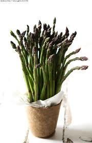 Oggi asparagi  Sono della famiglia delle Liliacee, solitamente classificati in base al colore e quindi: bianchi, violetti e verdi. Buon contenuto vitaminico, sali minerali, calcio, fosforo, ferro, zolfo, cloro e potassio. Contengono l'aminoacido asparagina, responsabile del caratteristico aroma. Per la ricetta: https://www.facebook.com/LOrtodiClaire