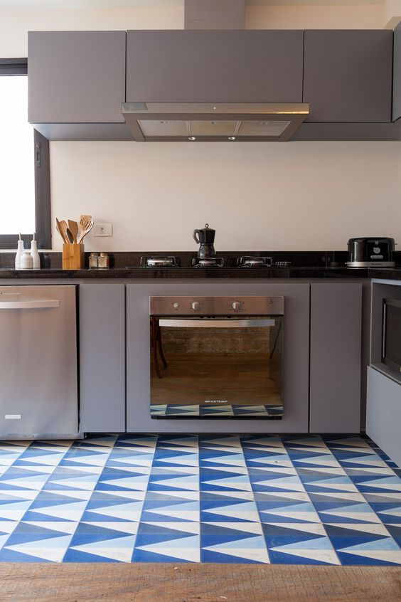 """Por """"Blog da Lopes""""     O ladrilho hidráulico, também conhecido como piso hidráulico é um revestimento artesanal feito com cimento, o qua..."""