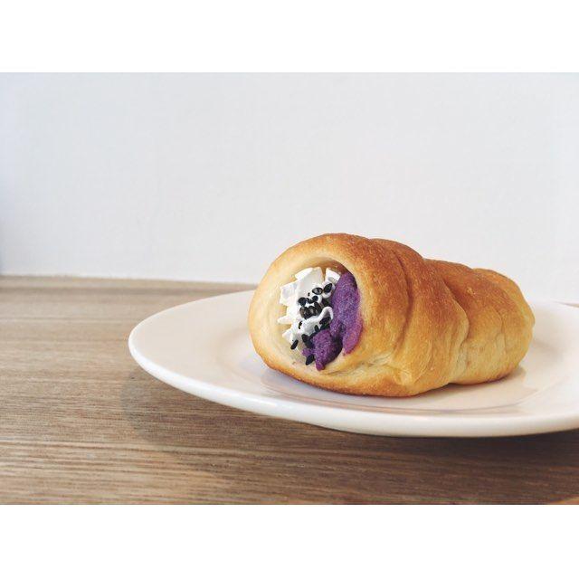 """. . こんにちは!! コロネの紹介第5弾です🥐🥖 """"紫いもとホイップクリーム"""" 当店一番人気の食パン""""ムー""""の生地の中に 紫いもを生クリームと牛乳で炊き、 コクのあるホイップクリームと合わせ ました。 仕上げに黒ごまがふってあります。 秋限定の商品です🍠 . . . . #なんとかプレッソ#コロネ #パンとエスプレッソと #パンとエスプレッソと自由形 #東横線#コーヒー#カフェ #自由が丘カフェ#目黒 #サンド不イッチ#tokyo#tokyocafe#coffee#espresso#bread#パン#パン屋#コーヒー屋#パン活#food#instagood#pic#cafe#カフェ#東京カフェ#🍞#🥖なんとかプレッソ / パンとエスプレッソと自由形"""