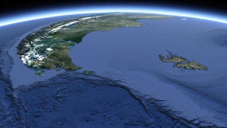 Vista satelital del extremo sur de La XII región de Magallanes y de la Antártica Chilena (izq.); la cordillera de los Andes como límite; la Provincia argentina de Tierra del Fuego, Antártida e Islas del Atlántico Sur (Islas Malvinas incluidas, derecha de imagen); los océanos Pacífico (izq.) y Atlántico 'separados' al centro de imagen por el El pasaje de Drake/Paso Drake/Mar de Hoces