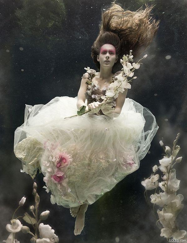 水中で結婚式!?ウェディングドレスを着た女性を水中で撮影した写真作品 | ARTIST DATABASE                                                                                                                                                      もっと見る