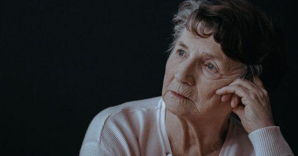 Το Αλτσχάιμερ είναι μια συχνή νόσος της τρίτης ηλικίας και η πιο κοινή αιτία της άνοιας και τυπικά εμφανίζεται μετά την ηλικία των 65 ετών. Παλαιότερες μελ