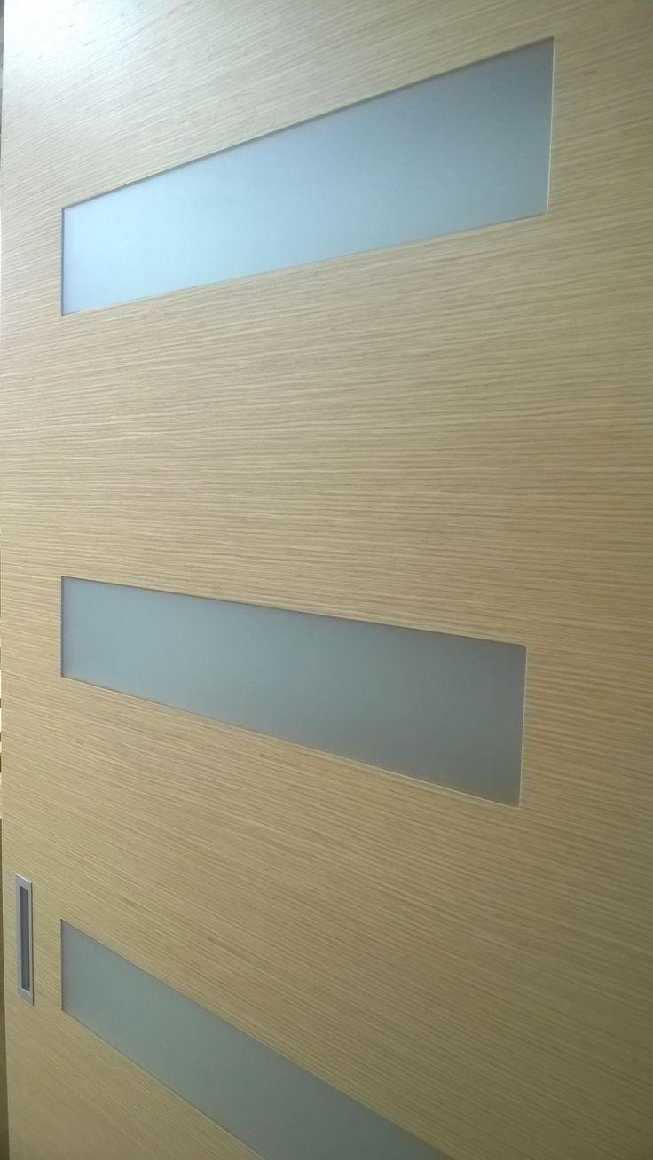 Flush frosted glazing in reconstituted oak veneer sliding doorpanel - Savmart síkban üvegezés kétszerkéselt tölgy furnéros tolóajtóban