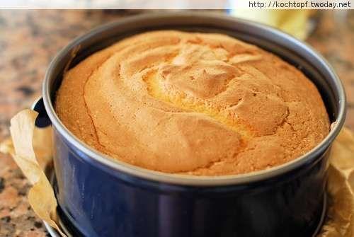 Ich habe bereits in facebook von Barbaras Biskuitrezept geschwärmt. Noch nie habe ich so ein lockeres Biskuit gebacken. Einfach nur genial! Eine klitzekleine Aenderung habe ich vorgenommen. Ich habe nicht nur das Eiweiss luftig geschlagen, sondern auch das Eigelb.