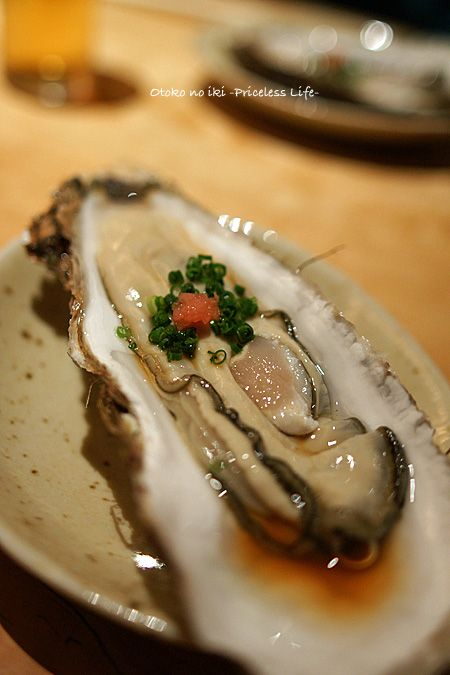 Japanese-Style Fresh Oyster, Topped with Negi Green Onion and Momiji-Orishi Grated Daikon Radish. Eat with Shoyu (Soy sauce) or Ponzu Dressing|生牡蠣