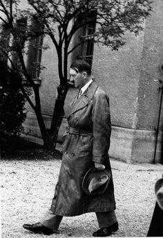 October 8, 1934. Hitler re-revists Festung Landsberg, where he was imprisoned after the 1923 Putsch. (via putschgirl) 8 octobre 1934. Hitler re-revisite Festung Landsberg, où il a été emprisonné après 1923 Putsch.