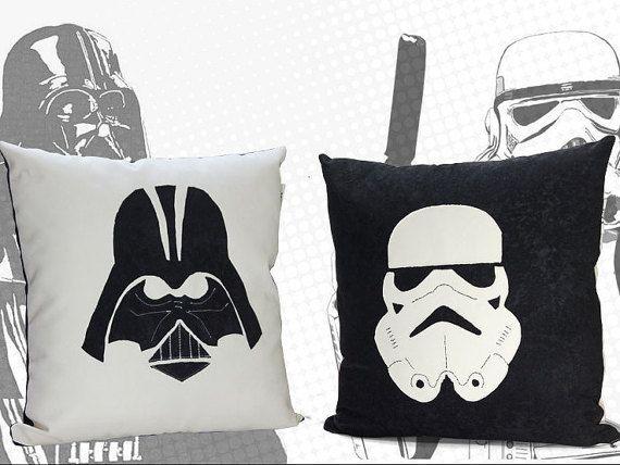 Fabriqués à la main coussin Star Wars Darth Vader ou Stormtrooper personnage, fait de tissu d'ameublement solide.  Prix par 1 taie d'oreiller et insert. Vous pouvez commander les deux oreillers.  Inclus : • Housse de coussin + insert avec fermetures à glissière • Tissu: coton et Poyester • Dimensions: 18 x 18.  ✓ Couverture et incert witz fermetures à glissière ✓ Double couture  > Délai de livraison: en général jusquà 3 semaines.  Merci davoir visité notre boutique…