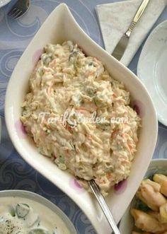 Yoğurtlu Arpa Şehriye Salatası için gerekli malzemeler: 1,5-2 su bardağı Arpa Şehriye 2 adet Havuç 2 adet Salatalık 6-7 adet Kornişon Turşu